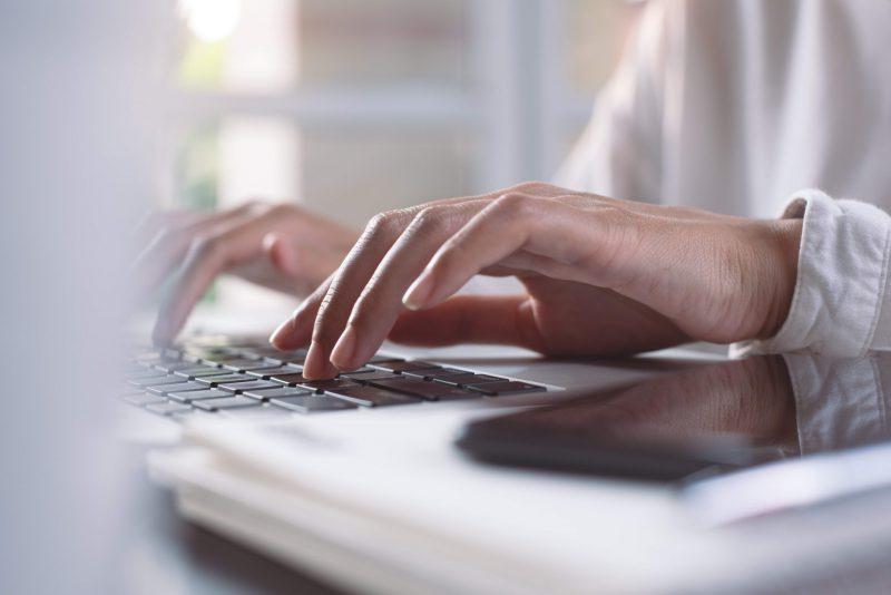 kvinna som skriver på tangentbord