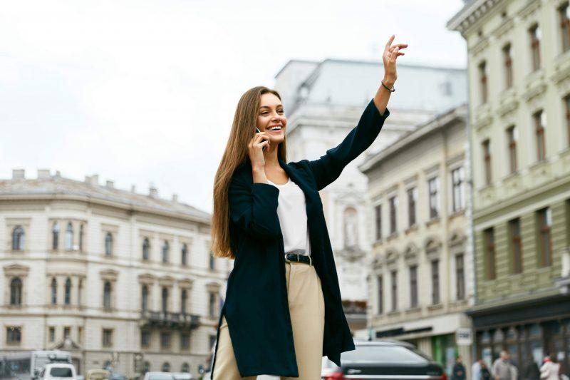 Kvinna som håller upp handen