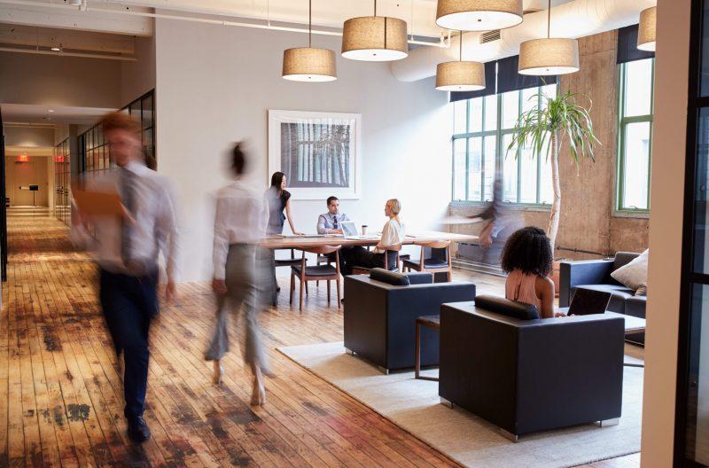 modern kontorsmiljö med människor i rörelse
