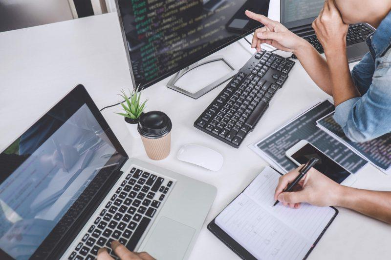 Överblick av IT-avdelningens skrivbord