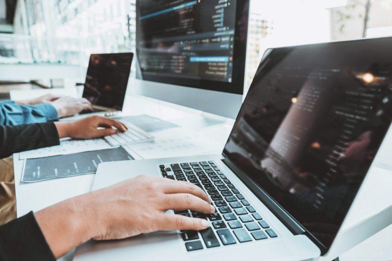 två datorer