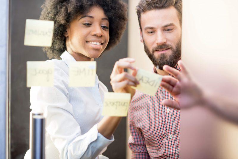En kvinna och man arbetar tillsammans som kollegor inom HR