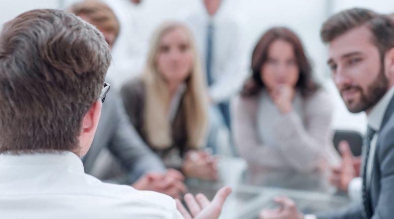 Personer som sitter i möte
